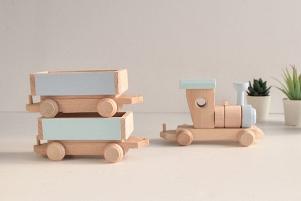 Drewniany pociąg z wagonami